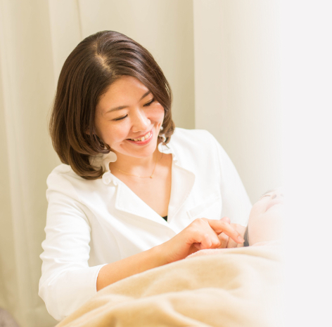 写真:施術中の患者様に優しく話しかける武田りわ先生